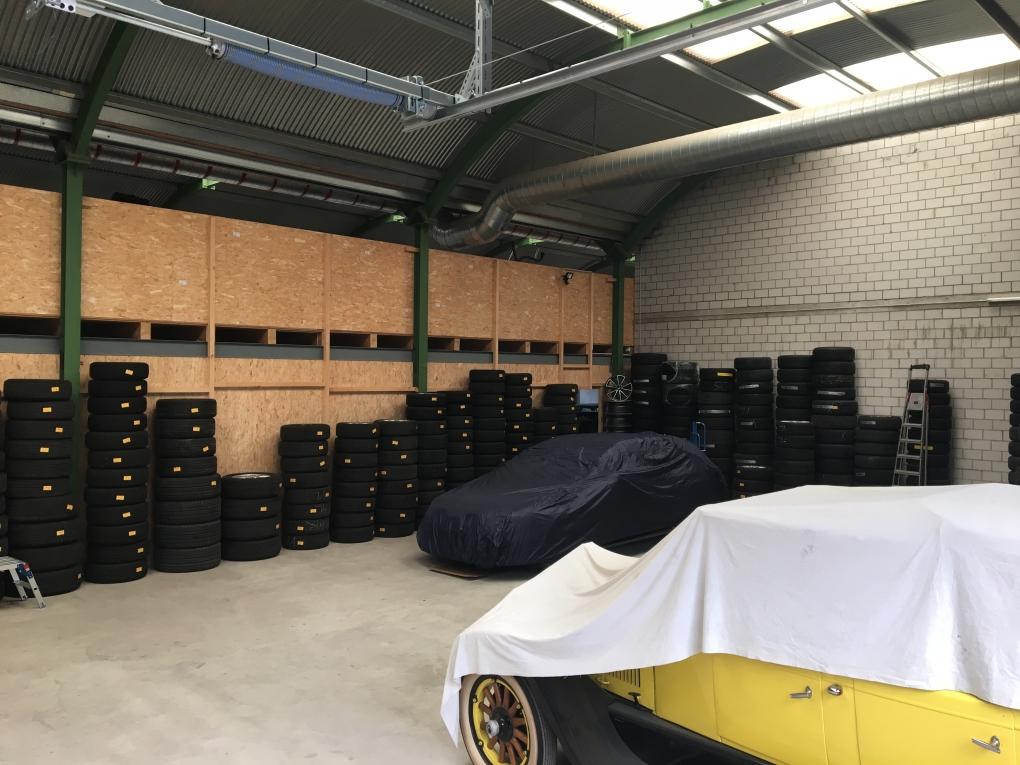 Blick ins Pneulager und Abstellhalle bei HACK AUTOTREFF AG