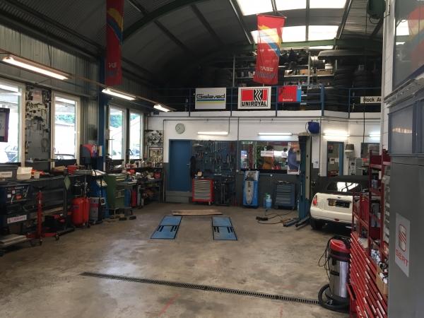 Blick in den Ausstellungsraum bei HACK AUTOTREFF AG