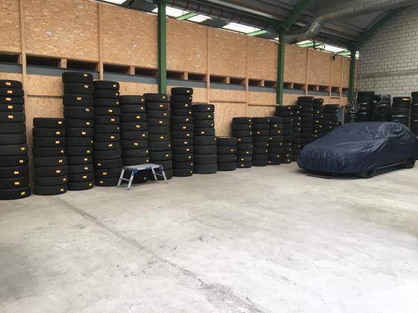 Blick ins Pneulager bei HACK AUTOTREFF AG